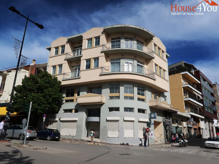 Πωλείται τετραώροφο κτήριο 1438 τμ. ανακαινισμένο το 1996 στο κέντρο των Ιωαννίνων στην 28η Οκτωβρίου 1