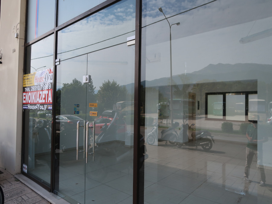 Commercial space for rent 152 sq.m. on Georgiou Papandreou Avenue with large facade