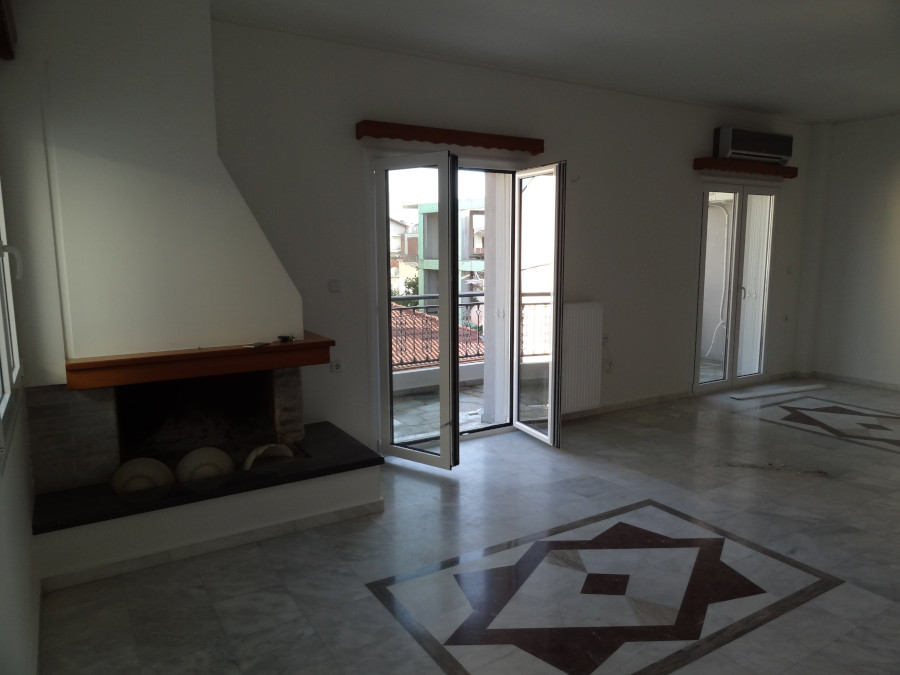 Rent a 4 room apartment of 98 sq.m. 2nd floor with fireplace in the area of Botanicos