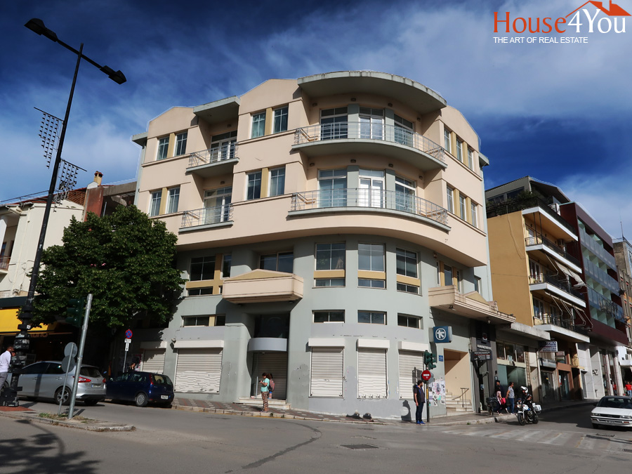For rent a four-storey building renovated in 1996 in the center of Ioannina on October 28 1