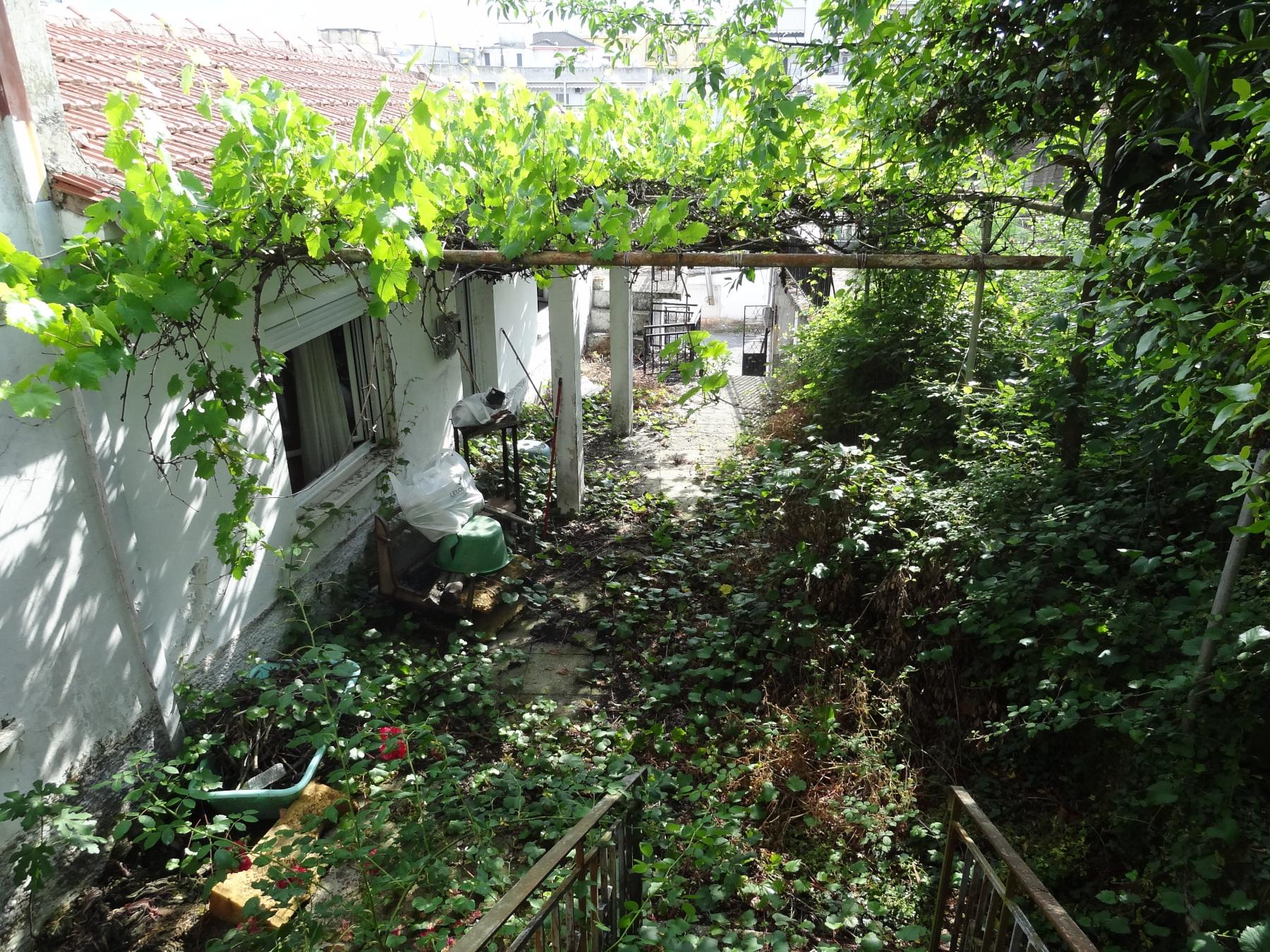 For sale a plot of 222 sq.m. with S.D. 0.8 with an old building in the area of Laspotopos, Ioannina