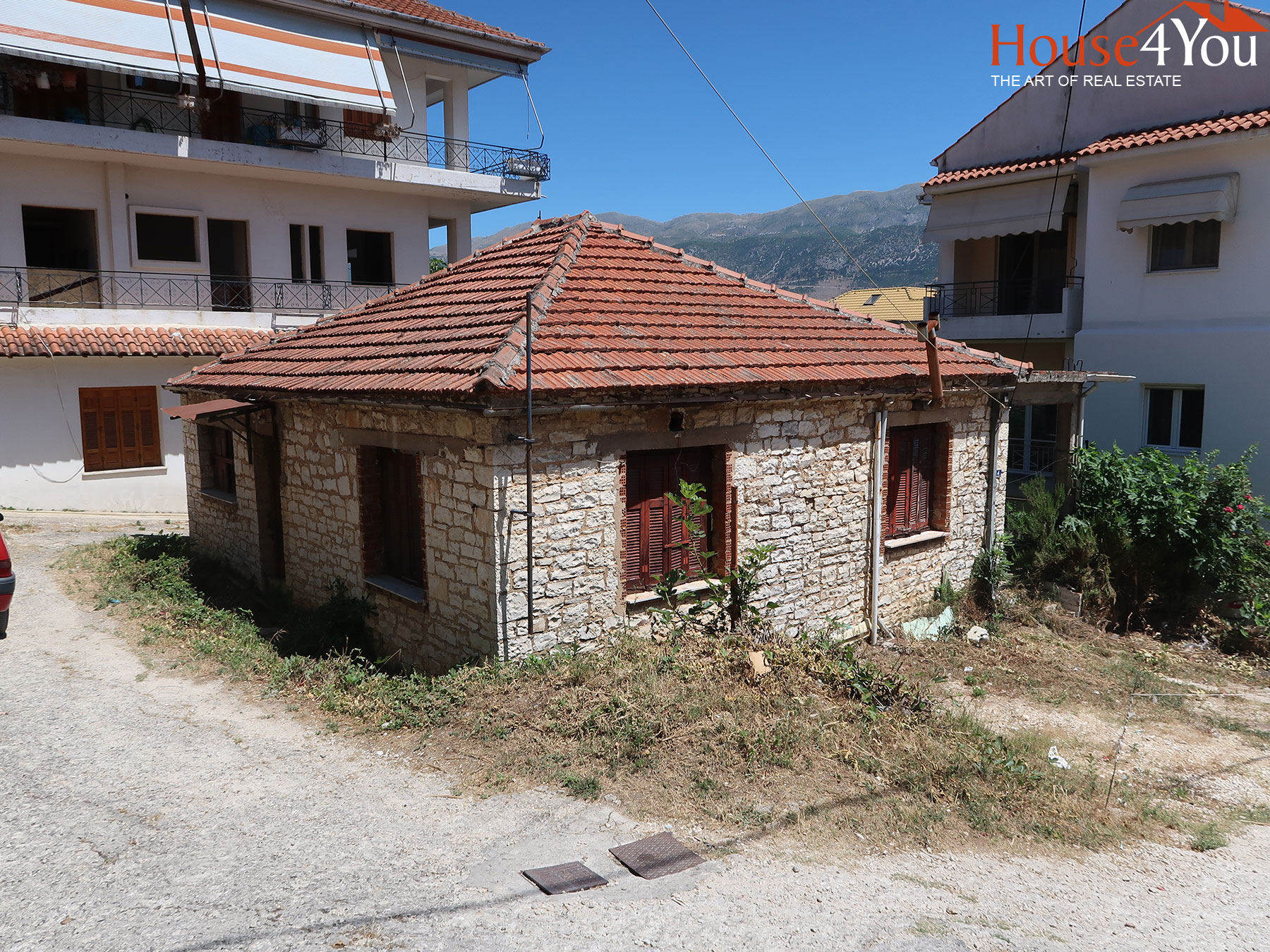 For sale a plot of 198 sq.m. with an old house of 82.9 sq.m. and SD. 0.8 in Kiafa, Ioannina