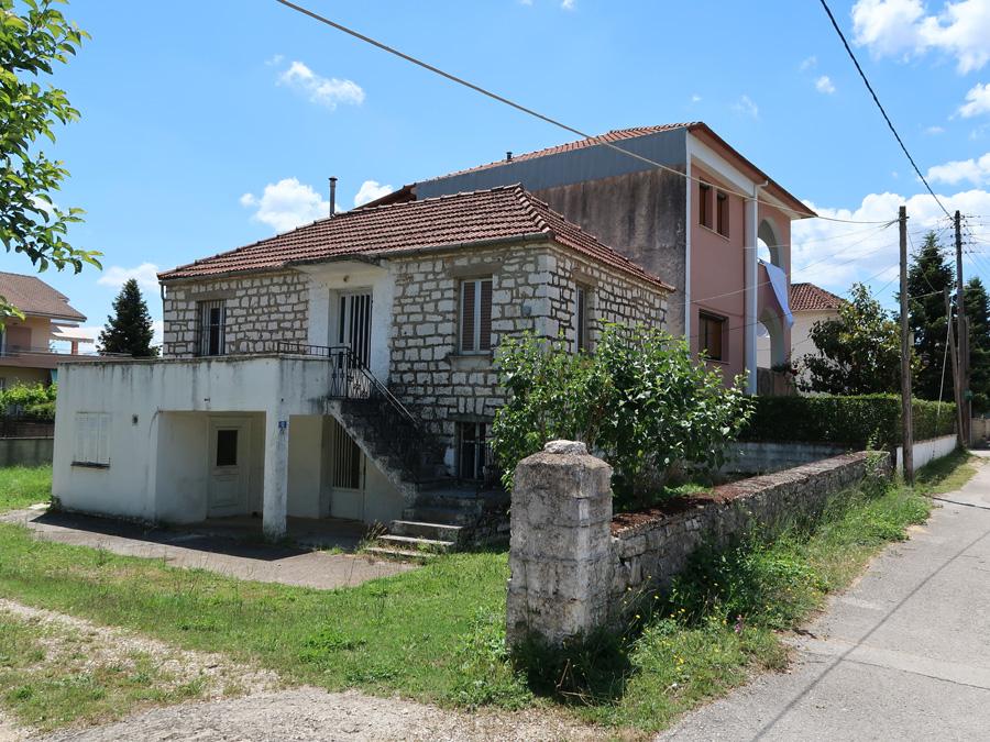 Πωλείται οικόπεδο 347τμ. με ΣΔ 0.8 και πέτρινη μονοκατοικία εντός στην Πεδινή Ιωαννίνων