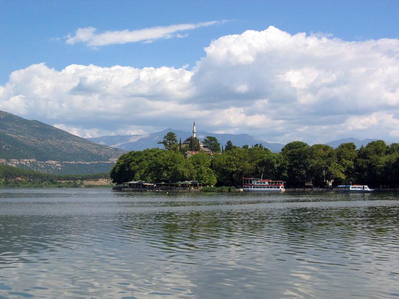 Πωλείται οικόπεδο 180τμ. με ΣΔ. 0.8 στην περιοχή του μώλου στα Ιωάννινα με θέα την λίμνη.
